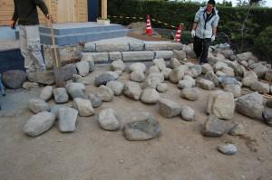 大工、石を並べる