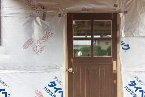 小さく住む家⑩玄関扉が付く